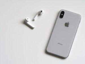 Hvordan slår jeg medhør til på min iPhone?